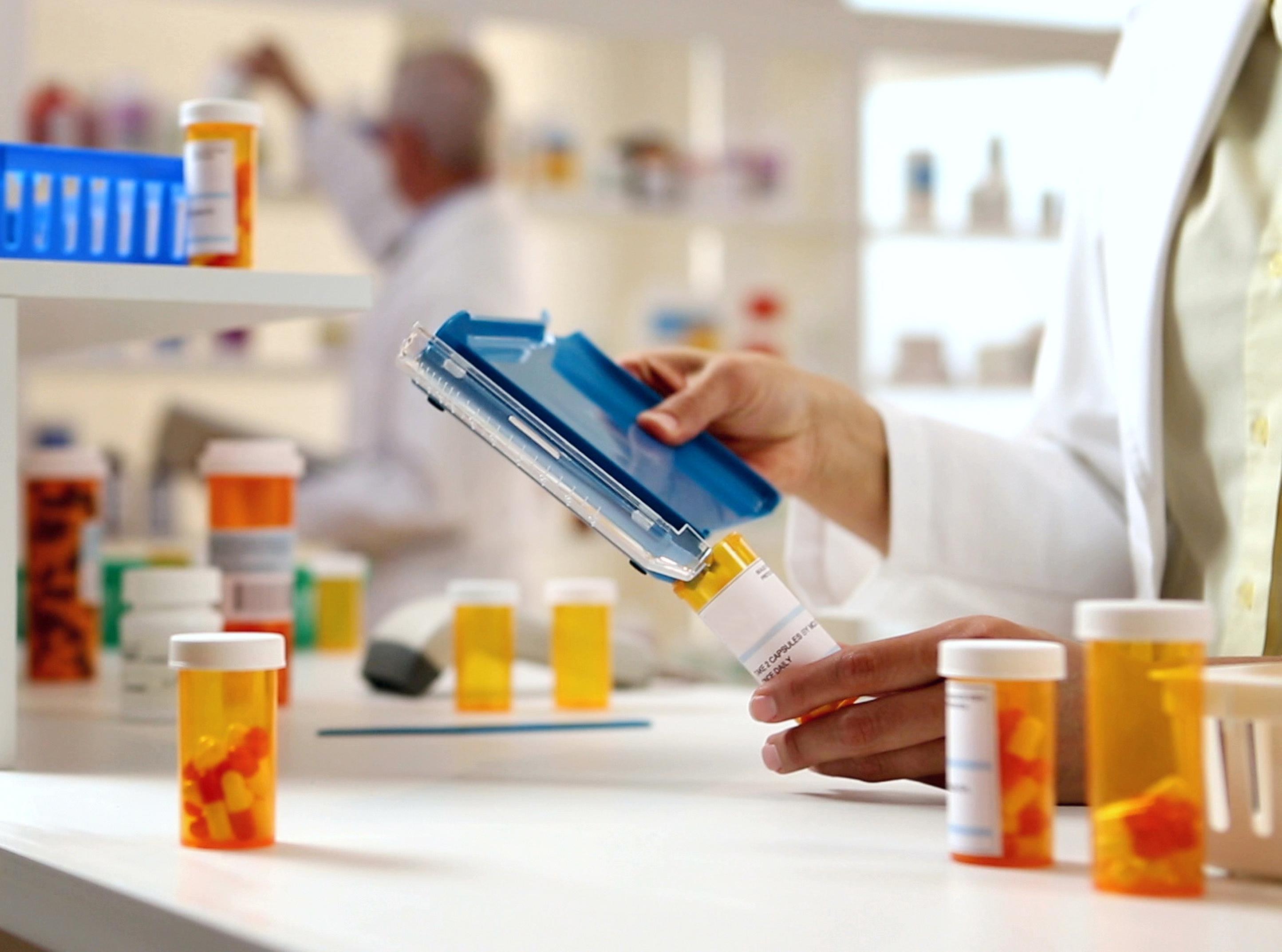 iStock-913784258_pharmacist filling pills