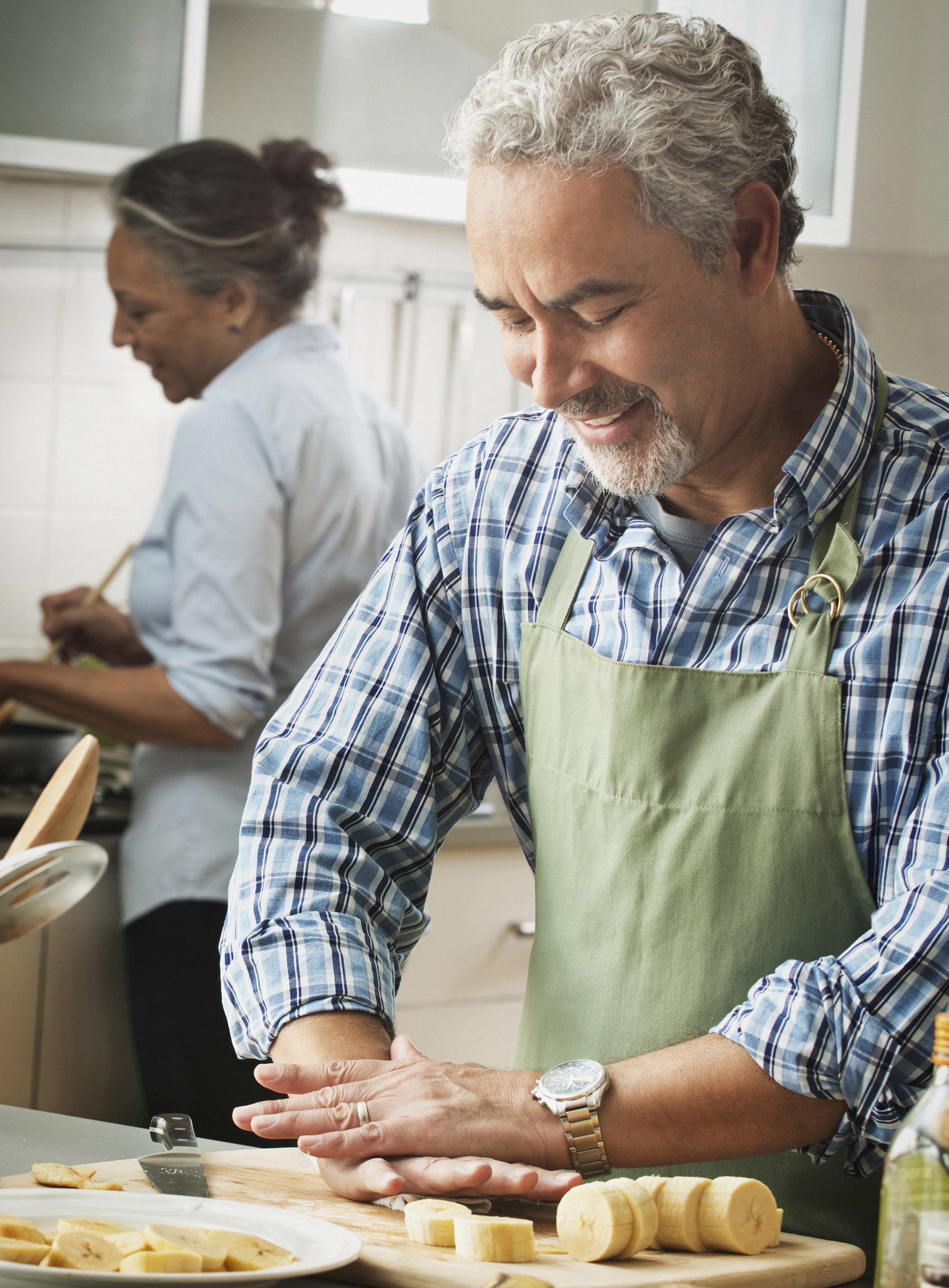 crop 619-08217113_cooking_family_senior_diverse